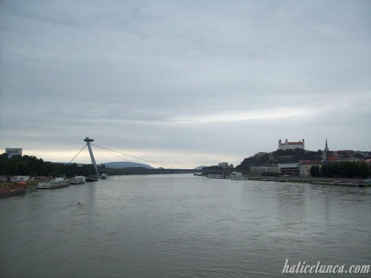 Eski Köprü'den Yeni Köprü ve Bratislava Kalesi