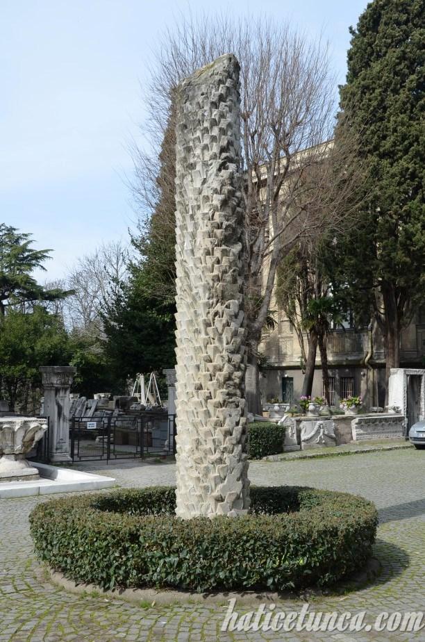 Arkeoloji Müzesi bahçesindeki dikilitaş