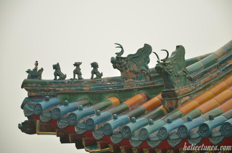 Figures on roof ridges