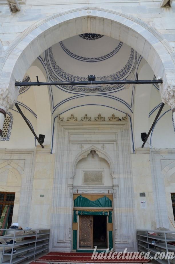Mustafa Paşa Cami giriş kapısı
