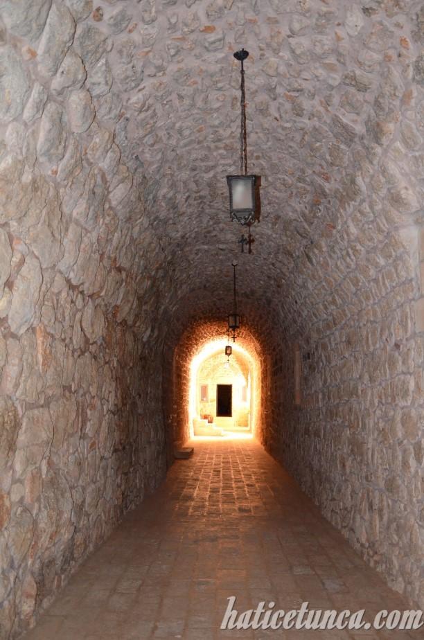 Mor Gabriel Manastırı koridorları
